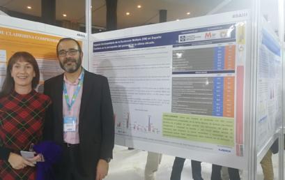 La Dra. Ester Moral y Francisco Campos, dos de los coordinadores del estudio «Impacto Sociosanitario de la Esclerosis Múltiple», presentan un póster en la reunión del 70 aniversario de la SEN